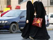 Saúdská realita. Zahalené ženy kráčejí ulicemi Rijádu.