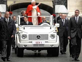 Mercedes G500 pro papeže