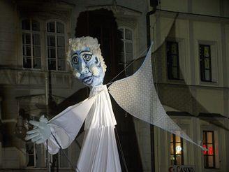 Obří loutka anděla prochází po českobudějovickém náměstí Přemysla Otakara II.