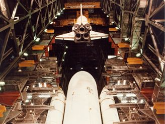 Připojení Columbie k odhazovací nádrži ET a startovacím motorům SRB