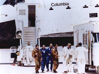Pozemní personál vítá Younga a Crippena po přistání