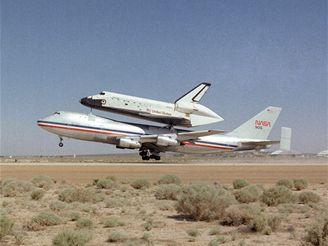 Boeing 747-SCA s Columbií odlétá ze základny Edwards směrem na Floridu