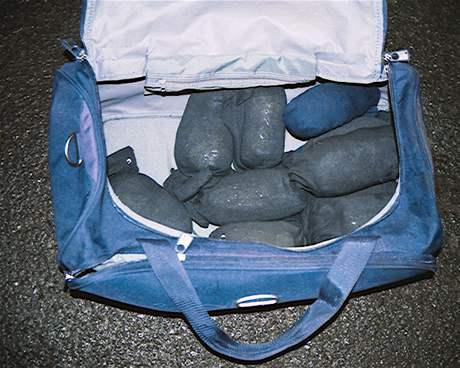 Heroin ukrytý v ponožkách, který zabavila policie při akci s krytým názvem Aloha
