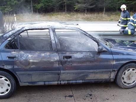 Ohořelý Peugeot 405 z dálnice D1