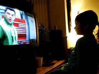 Děti, které mají vlastní televizi nebo počítač, se od nich večer hůře odpoutávají.