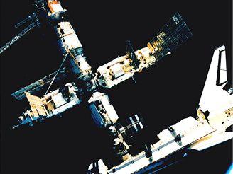Ruská stanice Mir spojená s americkým raketoplánem