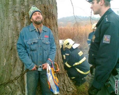 hasiči odřezávají Vladimíra Mičkala