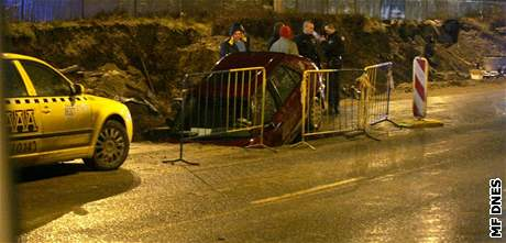 Auto, které vjelo ve Voctářově ulici v Praze do výkopu (11.12.2007)