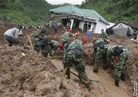 Záplavy a sesuvy půdy na Jávě