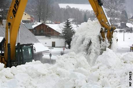 Nakládání sněhu pro Pražský hrad v Horní Vltavici