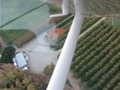 Letecký pohled na farmu, kde česači bydlí v karavanech
