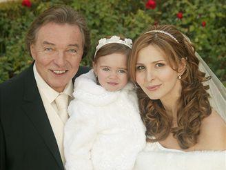 Zpěvák Karel Gott se v pondělí v americkém Las Vegas oženil se svou dlouholetou přítelkyní Ivanou Macháčkovou. Svatebního obřadu se zúčastnila i jejich dvacetiměsíční dcera Charlotta Ella.