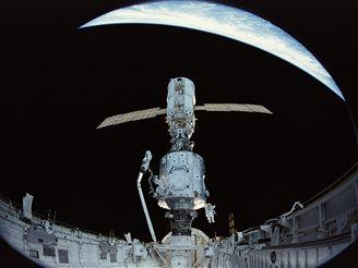 Kosmonauti Newman (vlevo) a Ross při montáži během letu STS-88