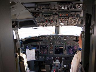 Pohled do kokpitu Boeingu 737