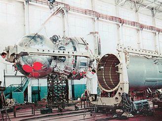 Montáž družice Zenit- 2 v hale kosmodromu Bajkonur