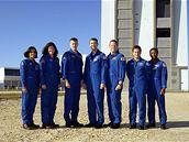 Posádka Columbie na kosmodromu. Zleva K. Chawlaová, L. Clarková, W. McCool, R. Husband, D. Brown, I. Ramon a M. Anderson