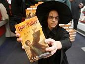 Zájemci o půlnoční prodej knihy Harry Potter a relikvie smrti