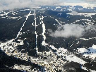 Krkonoše, pohled shora na skiarénu Černá hora - Janské Lázně