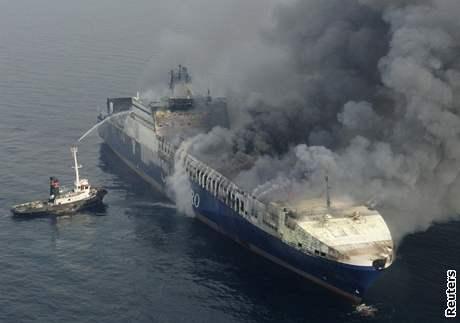 """Na palubě hořící lodi se nachází blíže neupřesněný """"nebezpečný materiál"""". Exploze prý ale nehrozí."""