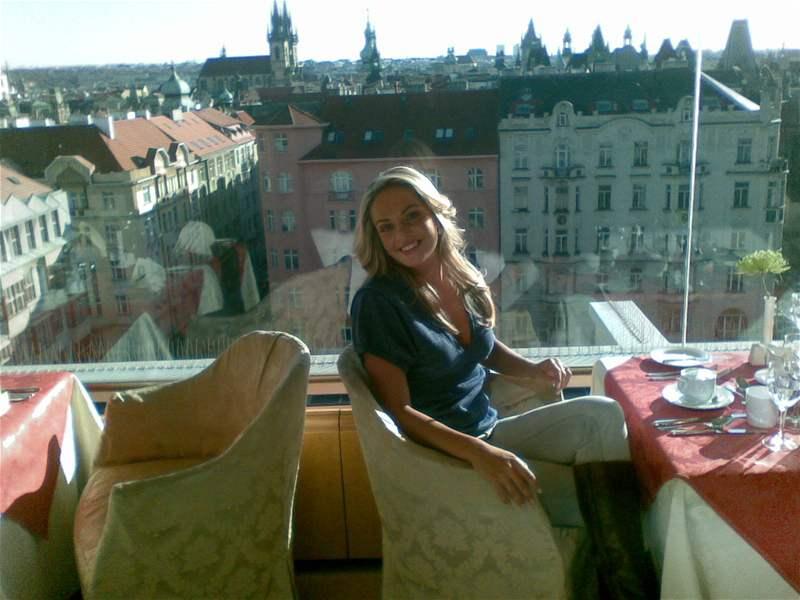 Táňa Kuchařová v hotelu Intercontinental při natáčení videoklipu o Praze