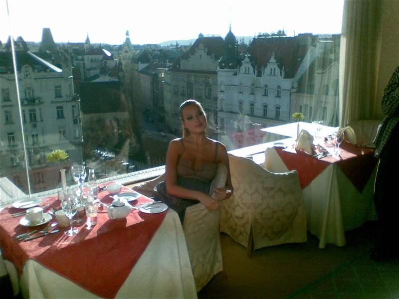 Petra Němcová v hotelu Intercontinental při natáčení videoklipu o Praze