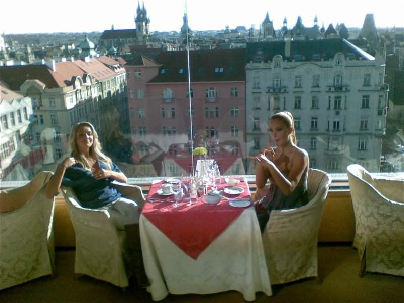 Táňa Kuchařová a Petra Němcová v hotelu Intercontinental při natáčení videoklipu o Praze