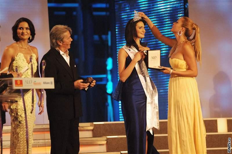 Michaela Maláčová, Alain Delon, vítězka Eliška Bučková a Petra Němcová na finále České Miss 2008