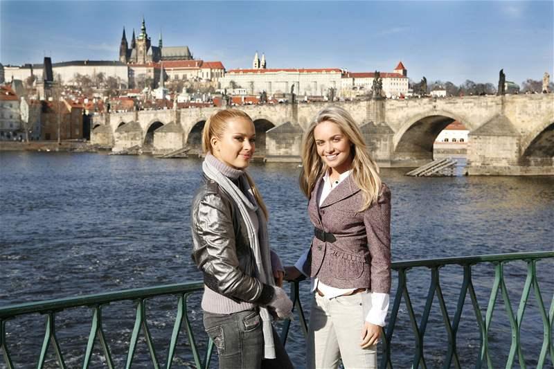 Táňa Kuchařová a Petra Němcová při natáčení videoklipu o Praze