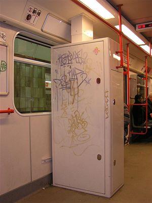 Skříň v prvním voze metra