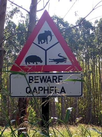 Na cestách v Africe se setkáte s nejrůznějšími značkami a cedulemi