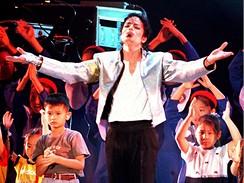 Michael Jackson zpívá s dětmi na charitativním koncertě v Soulu