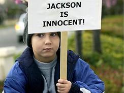 Michael Jackson - mladík protestuje na obranu zpěváka
