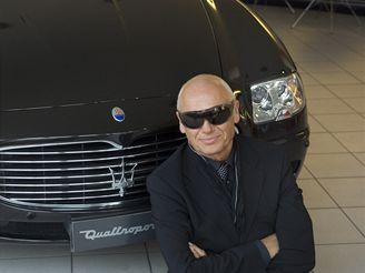 Jiří Korn se svým novým luxusním vozem