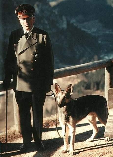 Adolf Hitler se svým oblíbeným psem