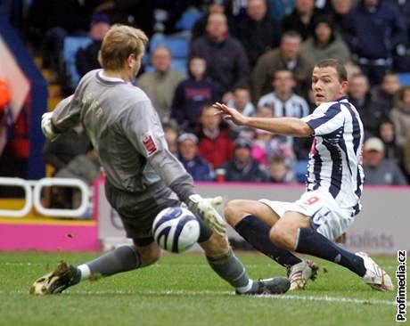 Roman Bednář skóruje v utkání s Charltonem