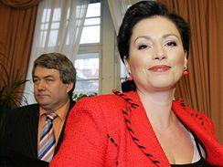 Ženy se bojí barev. V tom kdysi prolomila ledy Jana Bobošíková svými červenými kostýmky.