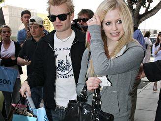Avril Lavigne s manželem v úterý nakupovala dudlíky a dětská trička
