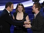 Oscar - Mark�ta Irglov� a Glen Hansard p�eb�raj� od Johna Travolty cenu za nejlep�� filmovou p�se�
