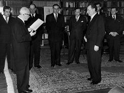 Pražský hrad 27. února 1948. Členové druhé Gottwaldovy vlády složili slib do rukou prezidenta republiky Edvarda Beneše.