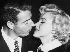 """Manželství DiMaggia s Marilyn Monroe vydrželo jen krátce, jejich vzájemný vztah však trval až do konce jejího života. A sám DiMaggio údajně zemřel se slovy """"Konečně zase uvidím Marilyn"""" na rtech."""