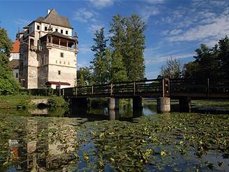 Vodní zámek Blatná z přilehlého parku
