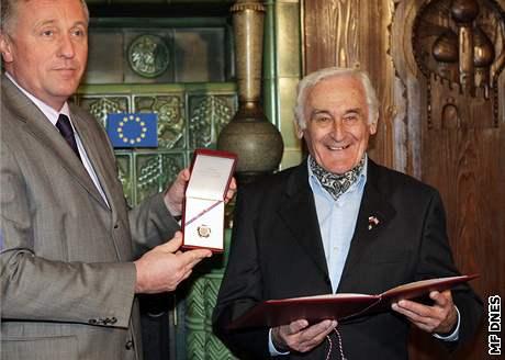 Milan Paumer přebírá ocenění z rukou premiéra Mirka Topolánka, 4. března 2008.