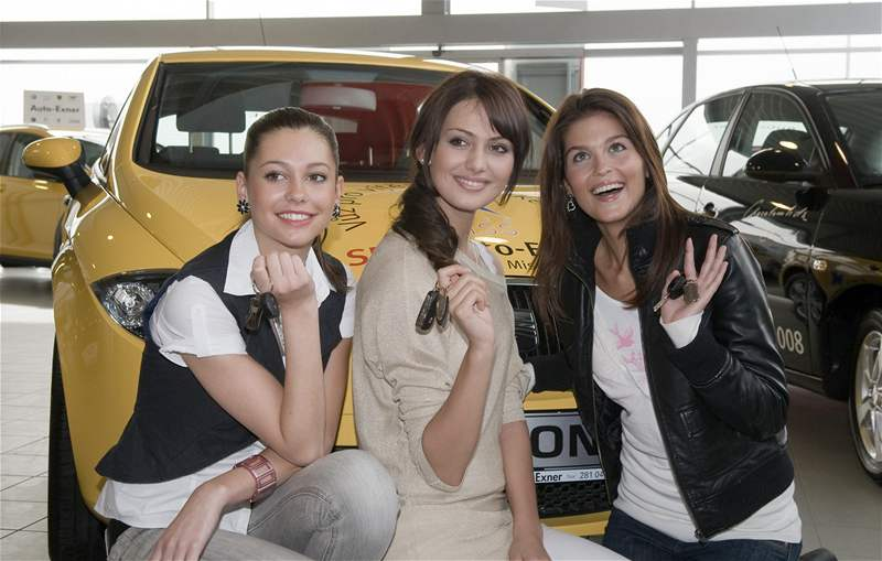Eliška Boučková a dvě vicemiss před Seatem Leon