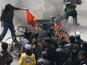 Hořící vlajky a kola ve Lhase