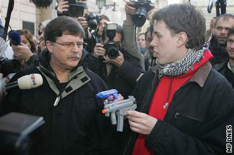 Mluvčí Ne základnám Jan Májíček (s palestinským šátkem) při víkendové demonstraci před americkou ambasádou.