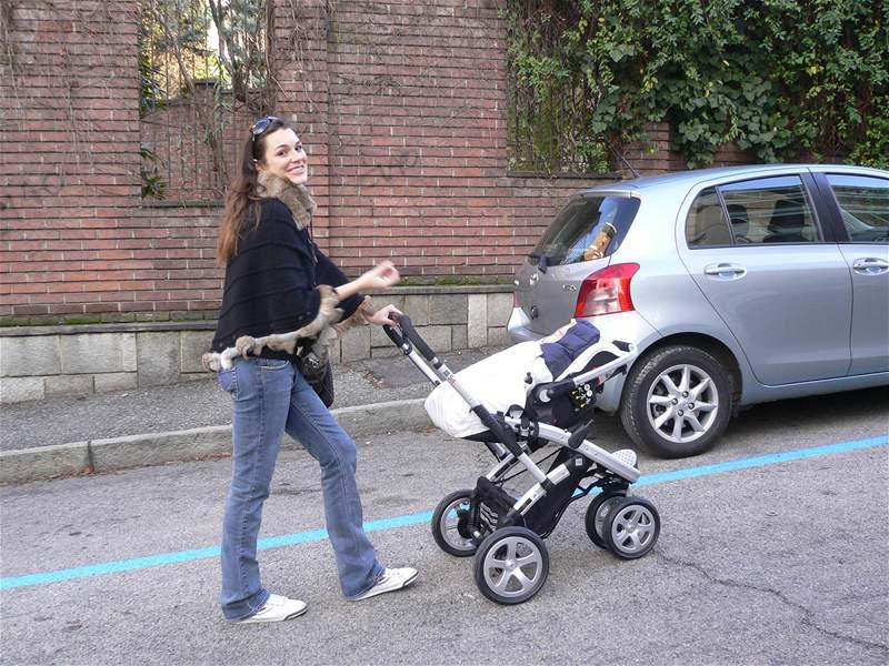 Alena Šeredová na procházce s miminkem v kočárku Casualplay