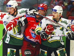 Tomáš Kůrka z Českých Budějovic čelí tvrdému střetu s Milanem Procházkou (vlevo) a Ondřejem Němcem v semifinále play off hokejové extraligy s Energií Karlovy Vary.