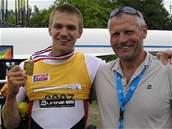 Skifař Ondřej Synek se svým trenérem Milanem Dolečkem starším.