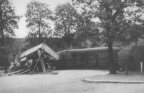 Bombardování Brna v dubnu 1945. Barikáda v dnešní Štefánikově ulici.