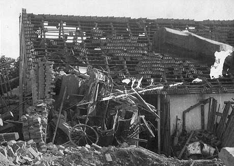 Bombardování Brna v dubnu 1945. Ruiny statku v Heršpicích.